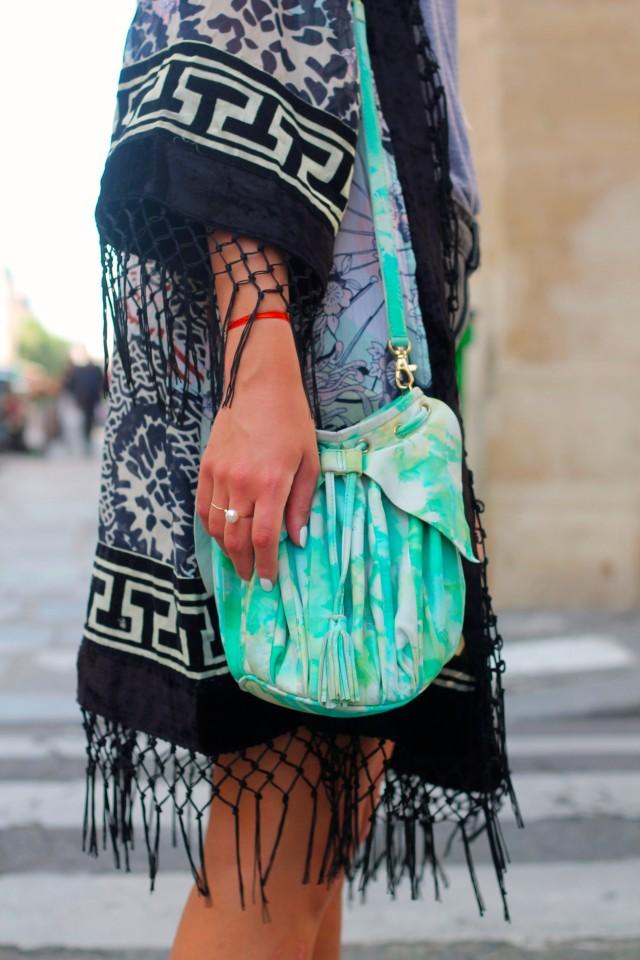 La jeune, belle et lumineuse Kenza (http://www.larevuedekenza.fr/) porte notre petite bourse Sakura en cuir tie-dye !